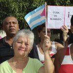 Vecinos del Consejo Popular Vuelta del Caño en contra del bloqueo // Foto Marlene Herrera