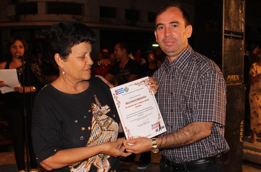 Reconocimiento a Radio Granma. Entrega Martha Labrada, presidenta del CP a Orestes Milanés, director de Radio Granma // Foto Marlene Herrera