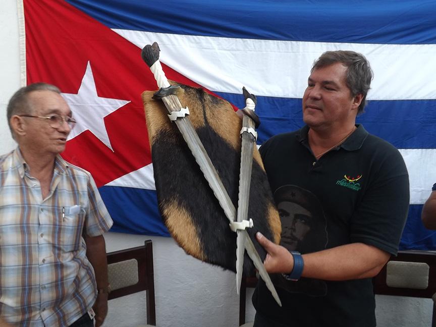 Ramón Labañino recibe un obsequio de los economistas manzanilleros // Foto Eliexer Peláez