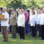 Participa Raúl Castro en ceremonia de inhumación familiar
