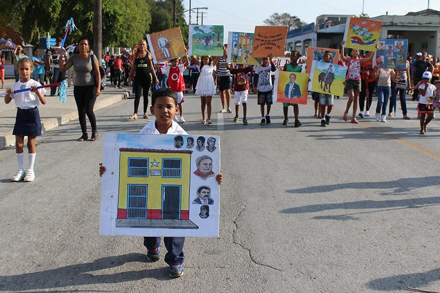 Pequeños de preescolar en el desfile martiano // Foto Marlene Herrera