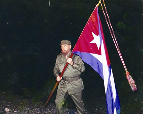Fidel el 11 de abril de 1995 en Playita de Cajobabo, lugar por donde desembarcaron José Martí y Máximo Gómez. Fuente: Periódico Trabajadores/ Sitio Fidel Soldado de las Ideas.