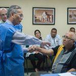 El Dr. Daniel Truong, Presidente del Instituto de Parkinson y Desórdenes del Movimiento, realiza reconocimiento de paciente con distonia de la mano de consulta externa, en el CIREN. Foto: ACN.