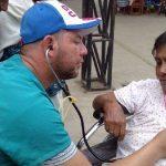 El cariño y la ternura de los médicos cubanos, conmueven a los pacientes. Foto: cortesía del Dr. Enmanuel Vigil Fonseca.