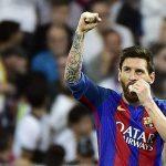 Lionel Messi celebra el gol del empate 1-1 con una protección en su boca debido a un golpe. Foto: AFP.