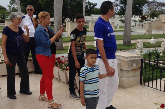 Trabajadores de Radio Granma y su familia visita el Cementerio Santa Ifigenia // Foto cortesía de Rocles Figueroa