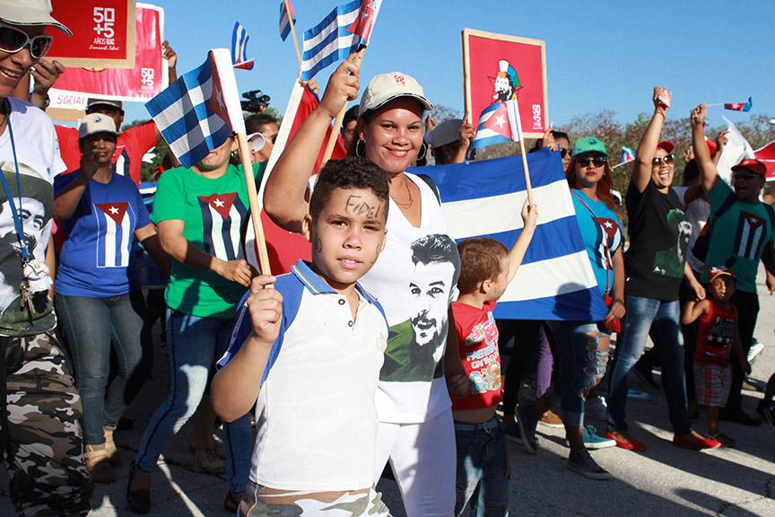 La familia unida desfiló este Primero de Mayo // Foto Marlene Herrera