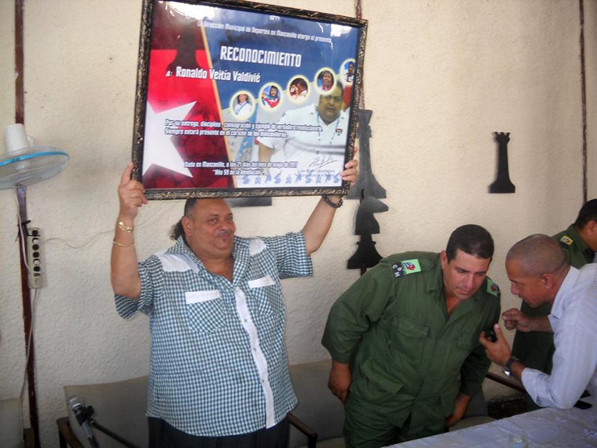 Ronaldo Veitía Valdivié recibe un reconocimiento del INDER // Foto Lilian Salvat
