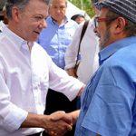 El presidente Juan Manuel Santos y el líder de las FARC-EP Timoleón Jiménez presidieron el importante paso en el proceso de paz. Foto: Presidencia de Colombia