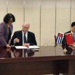 El ministro de Comercio Exterior e Inversión Extranjera de Cuba, Rodrigo Malmierca, y su homólogo chino Zhong Shan. Foto: PL.