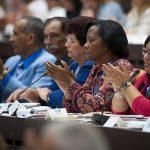 """Los parlamentarios cubanos respaldaron la """"Conceptualización del Modelo Económico y Social Cubano de Desarrollo Socialista"""" y los """"Lineamientos de la Política Económica y Social del Partido y la Revolución para el período 2016-2021"""". Foto: Irene Pérez/ Cubadebate."""