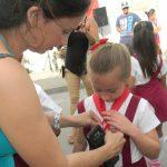 La niña Annabel Bodón Rodríguez, una de las que recibió la pañoleta roja // Foto Lilian Salvat