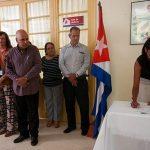 Mirthia Julia Brossard Oris firma el acta de constitución. Foto: Irene Pérez/ Cubadebate