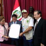Autoridades parlamentarias de Perú entregan distinción al doctor Rolando Piloto, jefe de la Brigada Médica Cubana, Henry Reeve. Foto: Enmanuel Vigil/ Facebook.