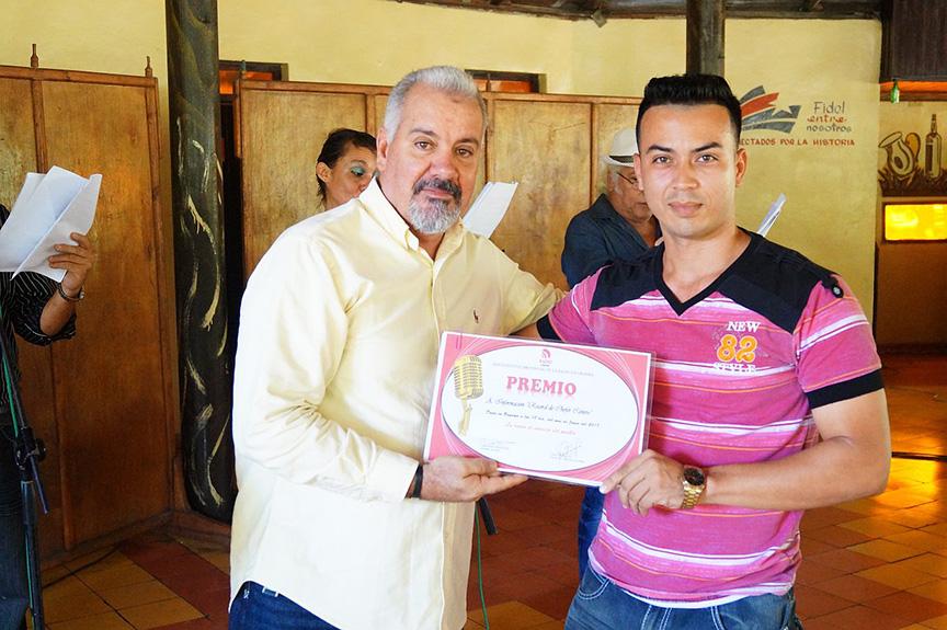 Premio en Información a Yurisdel Reyes Labrada, por Récord de chofer cañero// Foto Armando Yero La O