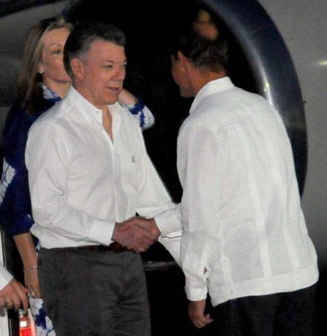 El mandatario colombiano (izquierda) fue recibido por Rogelio Sierra, viceministro de Relaciones Exteriores. Foto: Juvenal Balán / Granma