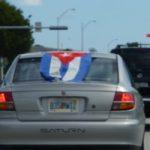 Auto en la ciudad de Miami lleva una bandera cubana. Foto: Archivo