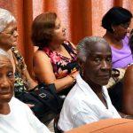 Mujeres cubanas viven más pero con menos salud, según estudio