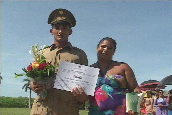 Se gradúan nuevos bachilleres en la Escuela Militar Camilo Cienfuegos de Manzanillo // Foto Golfovisión TV