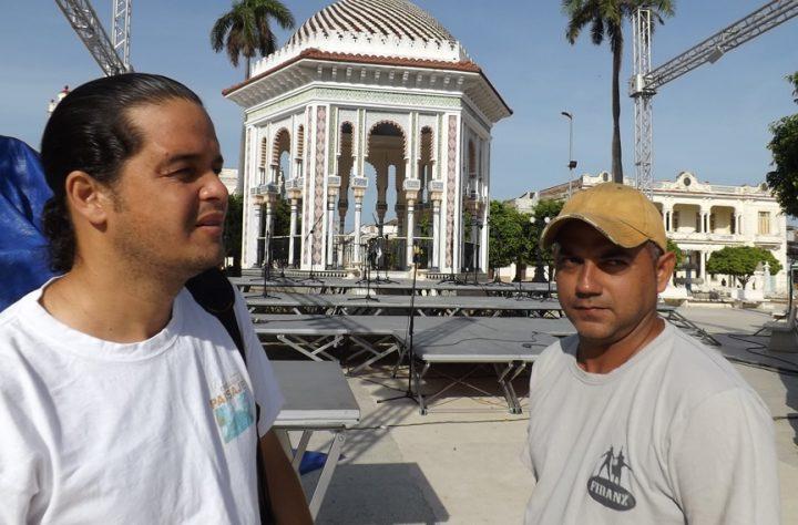 Jesús Eduardo Estrada Sabourín y Lester Escalona, en los preparativos del concierto // Foto Yurisdel Reyes