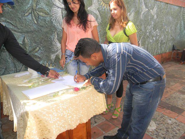 Los nuevos fiscales firman el Código de Ética // Foto Lilian Salvat