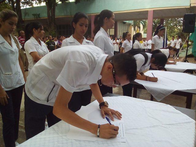 Una representación de estudiantes del primer año en la casa de altos estudios firmó el compromiso de pertenecer a la organización juvenil más antigua de Cuba // Foto Eliexer Peláez