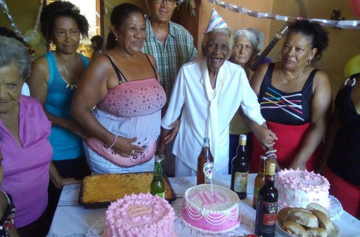 La negra celebró sus 100 años con familiares y amigos // Foto Eliexer Peláez