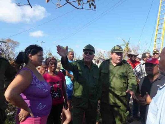 Joaquín Quintas Solá, viceministro de las Fuerzas Armadas Revolucionarias (FAR), en intercambio con damnificados de la provincia.