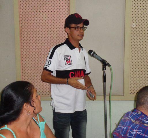 Roberto Mesa Matos, periodista de los medios provinciales en Manzanillo, expresó el compromiso de los jóvenes del gremio con la Revolución // Foto Marlene Herrera