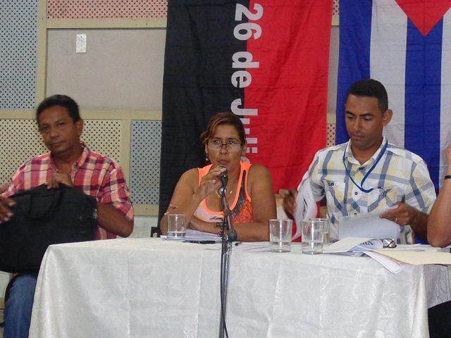 Yanelis Rodríguez, funcionaria del PCC municipal transmitió la felicitación a los periodistas manzanilleros // Foto Marlene Herrera