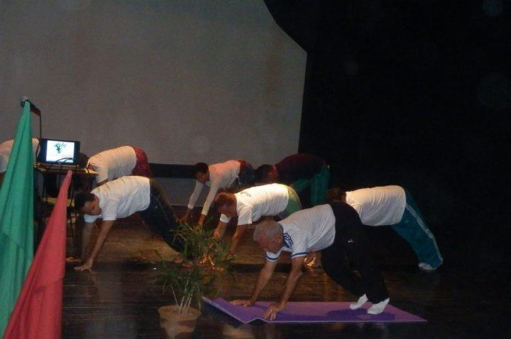 Muestra de yoga dirigida por el profesor Nelson de Jesús Rodríguez Perea // Foto Lilian Salvat