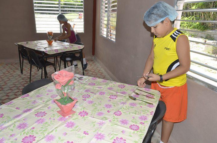 Los niños de quinto y sexto realizan labores de autoservicio // Foto Marlene Herrera