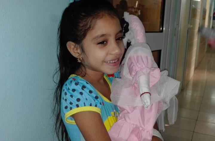 Dachel Cintra Tamayo, padece de una sicklemia, está feliz con su muñeca // Foto Marlene Herrera