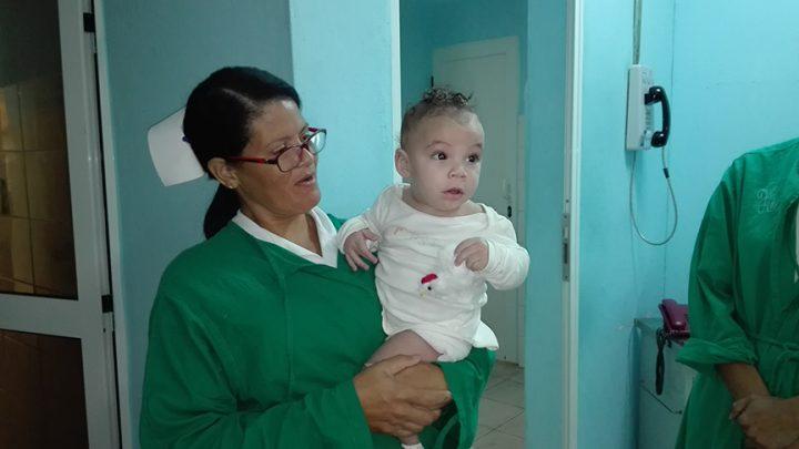 A otro de los bebés ingresado en la Sala de Oncohematología, llamó la atención el pollito de juguete // Foto Marlene Herrera
