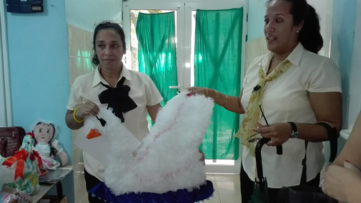 Yaneisis Guerrero Vidal, a la izquierda y Ariana Rosabal Pérez, muestran el tapiz cisne // Foto Marlene Herrera