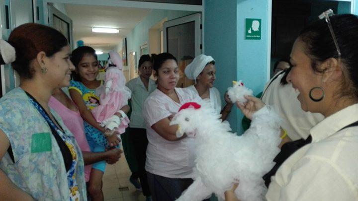 Pacientes, acompañantes y personal de la sala de oncohematología salen a recibir los regalos // Foto Marlene Herrera