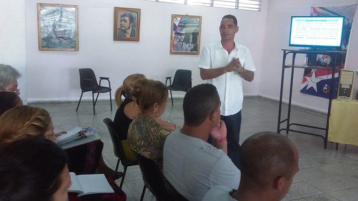 Maestros comparten experiencias durante el encuentro // Foto Eliexer Peláez