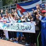 Miembros de la Asociación de cubanos residentes en México y amigos de la solidaridad, mostraron su rechazo al bloqueo. Foto: PL.