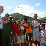 Miguel Díaz-Canel (I), conversa con damnificados de la comunidad de Punta Alegre para conocer de la recuperación por los daños causados por el huracán Irma, en Ciego de Ávila. Foto: Osvaldo GUTIÉRREZ GÓMEZ/ ACN.