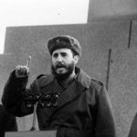 Fidel pronuncia discurso en la tribuna del Mausoleo Lenin en la Plaza Roja de Moscú en un acto de masas. Le acompañan el Presidente de la URSS, Nikita Jrushchov y el Secretario General del PCUS Leonid Brézhnev, el 28 de abril de 1963. Autor: Agencia de noticias TASS/ Sitio Fidel Soldado de las Ideas.