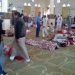 Varias personas permanecen junto a cuerpos sin vida en el interior una mezquita contra la que se ha perpetrado un ataque, en la ciudad de Al Arish, en el norte de la península del Sinaí (Egipto), EFE