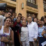 Todos querían tomarse una foto con los héroes. Foto: Ismael Francisco/ Cubadebate.