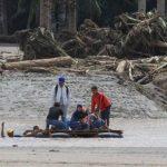 Un grupo de personas se pone a salvo de las riadas provocadas por la tormenta Tembin en Filipinas. Foto: Reuters.