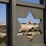 La ciudad vieja de Jerusalén, vista a través de una estrella de David. Foto Ap