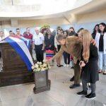 El General de Ejército Raúl Castro Ruz, Presidente de los Consejos de Estado y de Ministros, arribó al cementerio para unirse a jóvenes beneficiados del Programa Coclear en el homenaje que desde hacía tiempo querían hacer al líder histórico de la Revolución Cubana. Foto: Estudios Revolución