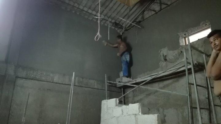 Una brigada de trabajadores por cuenta propia ejecutan la obra // Foto Marlene Herrera