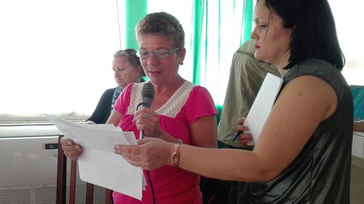 La locutora y fundadora del programa Argelia Verdecia junto a Madeley Vargas, la directora y una de las escritoras // Foto Marlene Herrera