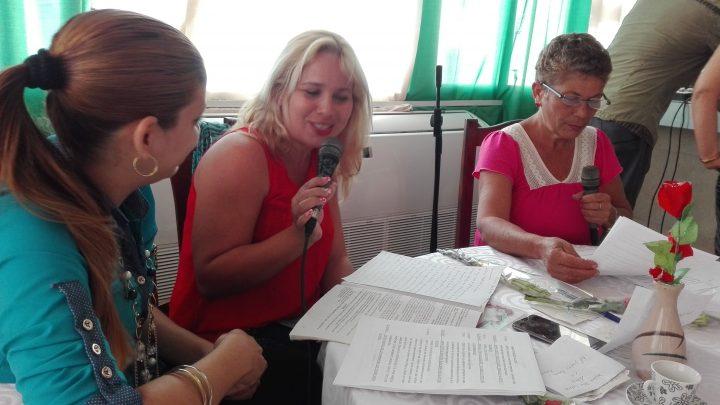Las locutoras habituales Argelia Verdecia y Dayris Vázquez junto a la psicóloga // Foto Marlene Herrera