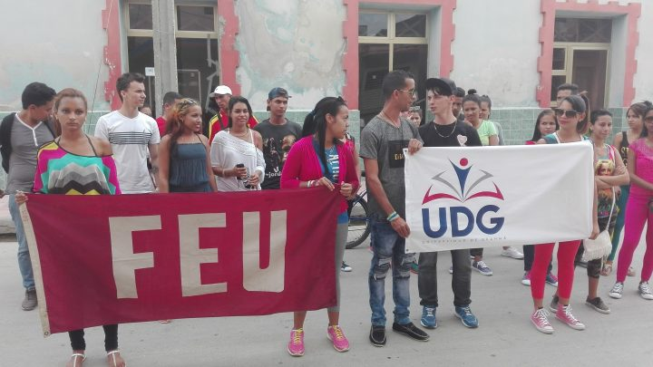 Estudiantes universitarios llegaron a la emisora Radio Granma // Foto Marlene Herrera