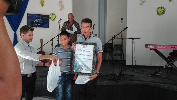Yoandris Ruiz recibe el premio de la popularidad por el programa infantil Te veo en TV // Foto Marlene Herrera